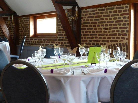 Le Domaine des Cigognes Hotel : une des table dans la salle du repas