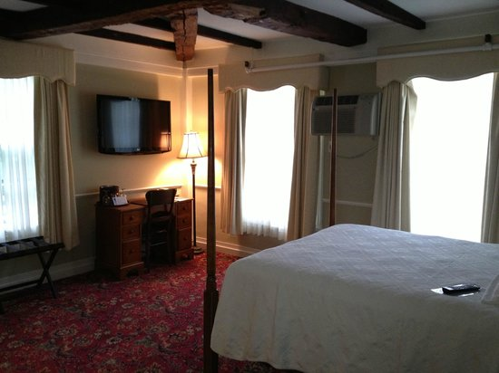 Concord's Colonial Inn : spacious room