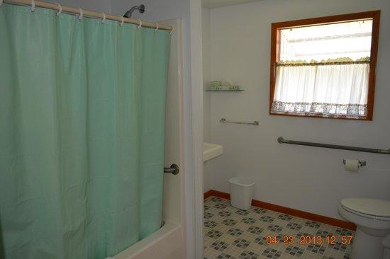 The Village Motel: Room # 11 Bathroom