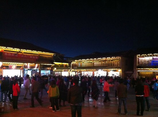 Dukezong Ancient Town: dancing in the main square
