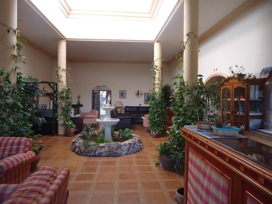Banu Rabbah: salon comun, con chimenea, biblioteca, juegos de mesa, videoteca