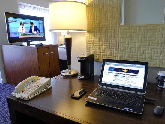 Hyatt Regency Lisle near Naperville: Desk view to sleeping area