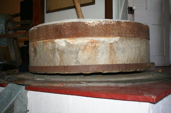 The Olde Mill Inn Bed & Breakfast: Mill stone 2,100 lbs