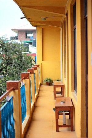 Yellow Guesthouse: Brightly colored balcony