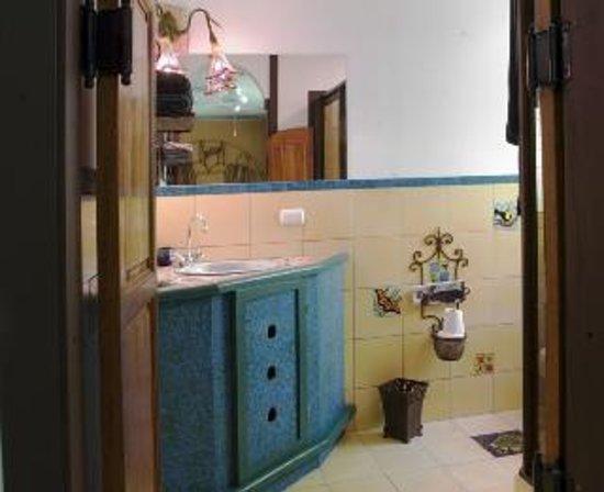 Lucky Bug B & B: Bathroom in Turtle Room