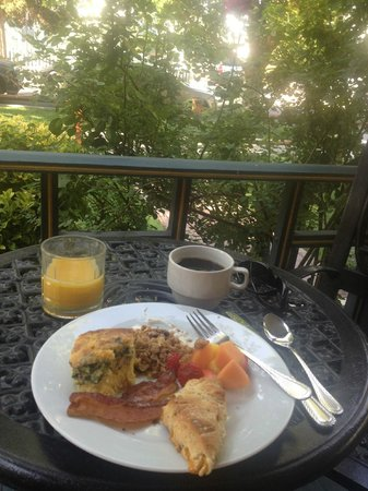 Mauger Estate B&B: breakfast on the front porch