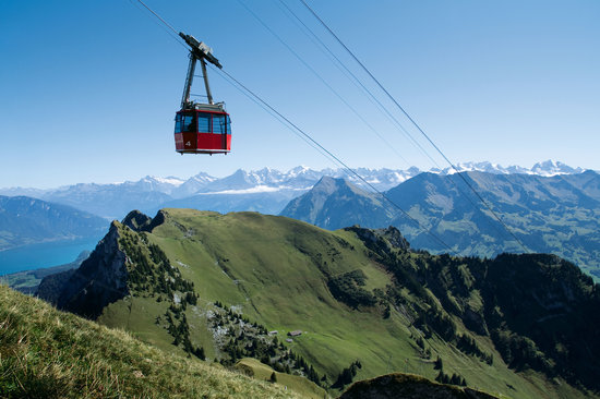 Schweiz: The Cable Railway leading up to the 2190m high Stockhorn