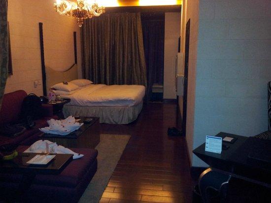 Radisson Blu Hotel Noida: Just in the door of room (Prive Room)