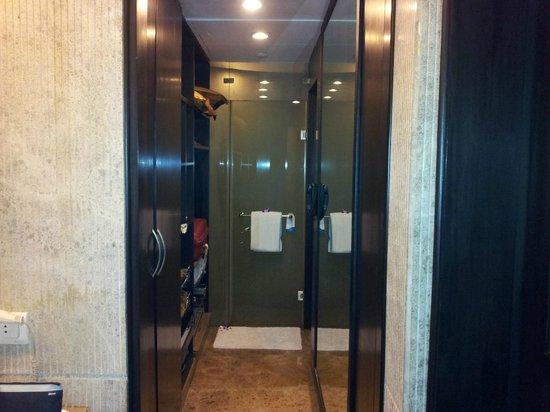Radisson Blu Hotel Noida: Washroom - looking towards shower (Prive room)