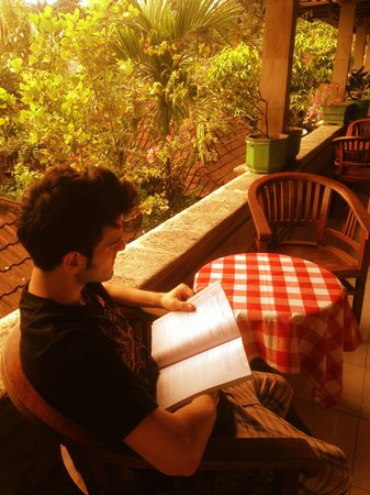 Pondok Bulan Mas: Reading guest at the balcony with the cozy atmosphere