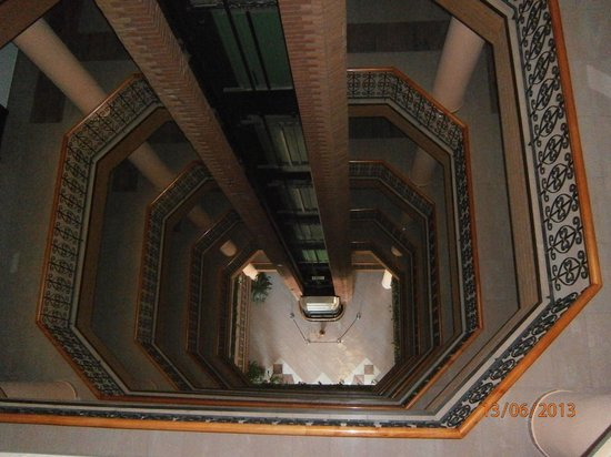 Basar Hotel: OPen atrium, glass elevator