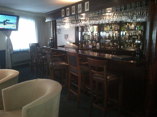 Diaz Surrey Street Hotel: open bar area as part of the dining room