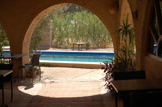 Auberge Ksar Sania : Piscine vue de la terrasse extérieure (également lieu de restauration)