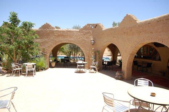 Auberge Ksar Sania : terrasse extérieur et piscine en arrière plan