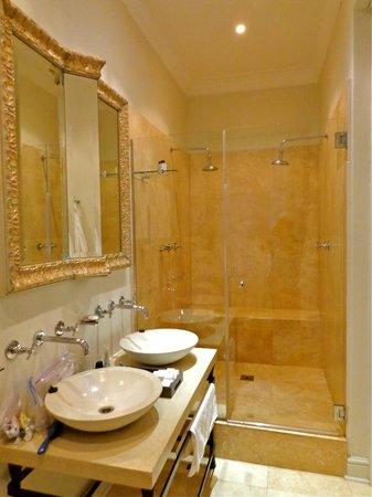 Cape Cadogan: Large, elegant bathroom