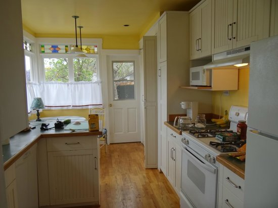 The Secret Garden Inn: Yellow House Kitchen