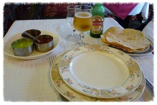 Delights of India: Les papadums de qualité médiocre servi avec une sauce médiocre