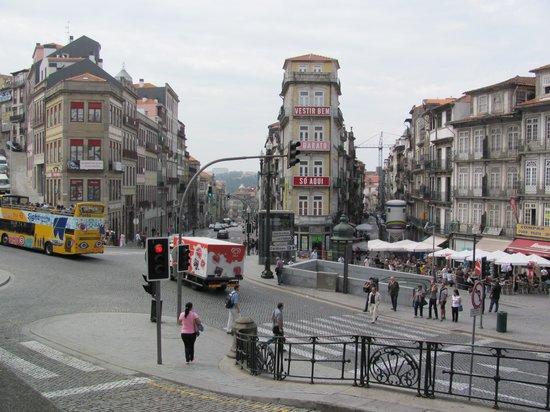 Dixo's Oporto Hostel: Looking towards the hostel from the train station