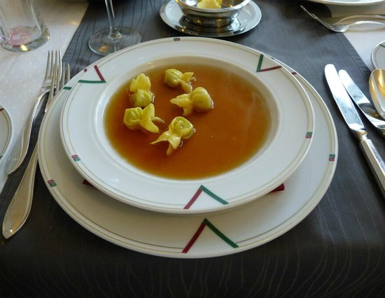 Hotel Schloss Schwarzenfeld: Tomatensuppe mit Basilikum Nudelsäckchen