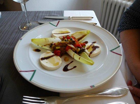 Hotel Schloss Schwarzenfeld: Mozarella mit mediterranem Gemüsesalat