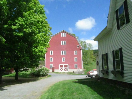 Farmhouse Inn at Robinson Farm: Wonderful barn...has been featured on some Vermont postcards