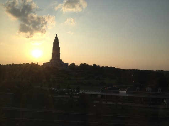 Embassy Suites by Hilton Alexandria-Old Town: Monument out of our window