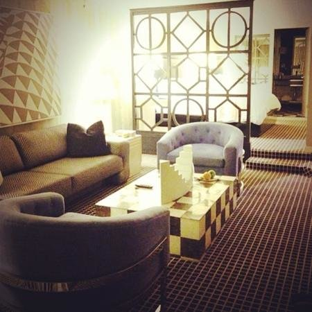 Ramada Plaza West Hollywood Hotel & Suites: space room