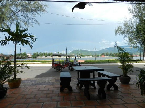 Kampot Riverside Hotel: View from the cafe and bar area on the ground floor.