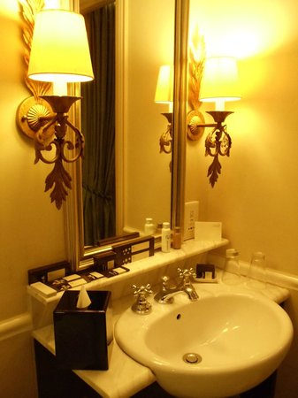 The Scarlet Singapore: Bathroom