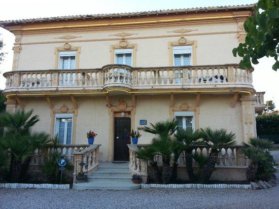 Hotel du Soleil: Front of hotel