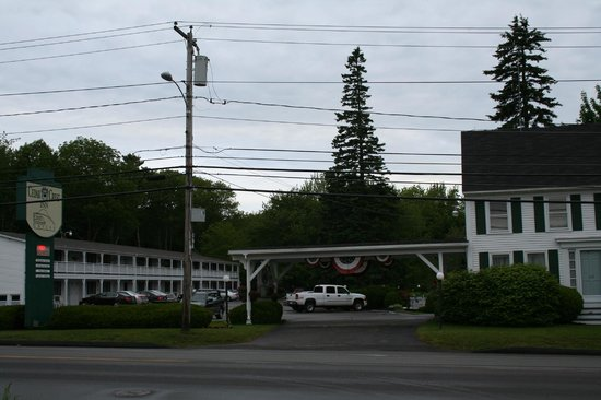 Cedar Crest Inn: View of the Inn from across Rte 1