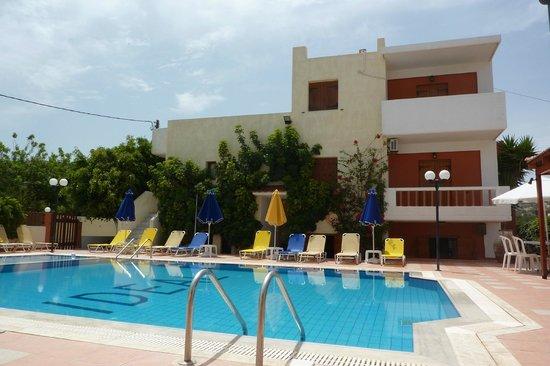 Ideal Hotel Apartments: hte zwembad ligt tussen de 2 gebouwen