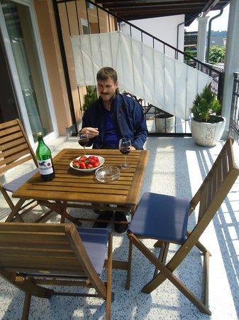 Alo Apartments `Vila Klara`: обедаем на террасе