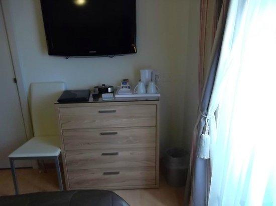Osborne Hotel : une grande commode, 2 fauteuils