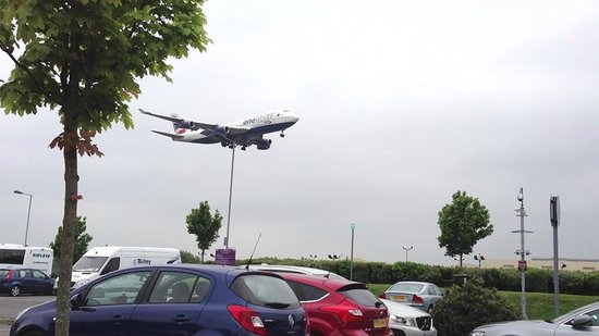 Premier Inn London Heathrow Airport (Bath Road) Hotel: watching planes land at the rear of the hotel