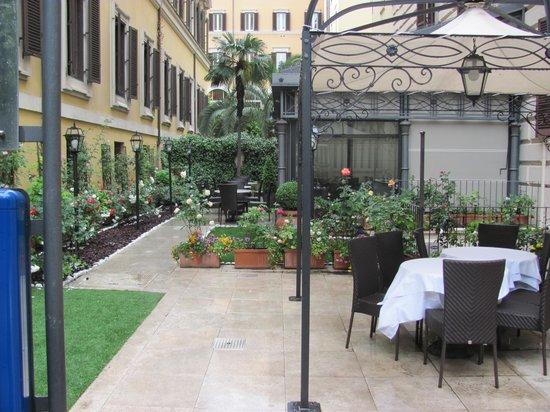 Rose Garden Palace: Rose garden off the restaurant
