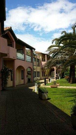 B&B Hôtel Villeneuve Loubet Village : photo du jardin