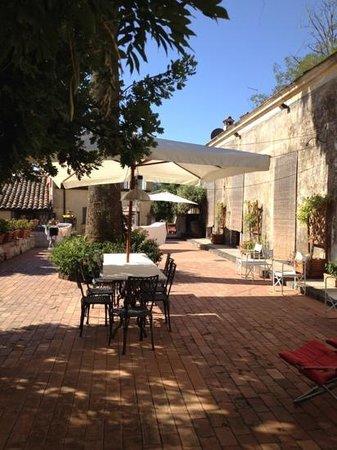 Case Zuccaro: il patio sul retro della villa