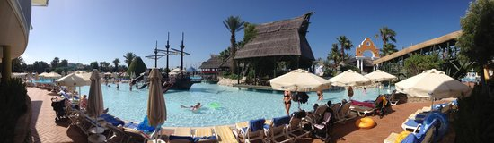 Pegasos World Hotel: Piratenschiff im Pool
