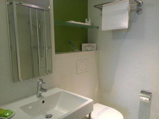 Le Leman Hotel : Baño con ducha