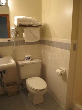 Blue Spruce Motel: Blue Spruce Bathroom