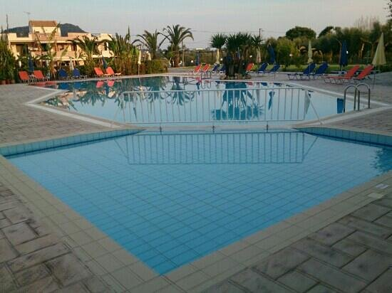 Sunrise Hotel: piscine