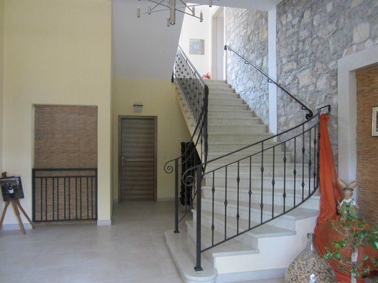Villa Dobravac: Lobby and stairs leading up to the room