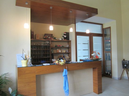 Villa Dobravac: Reception area - its really well organized the untidy purse and scarf is mine :)