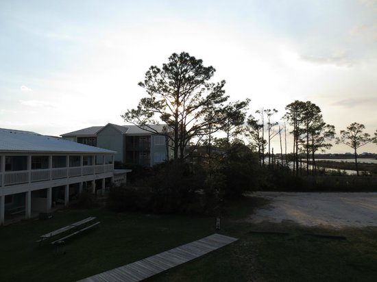 Gulf Breeze Motel: View of back of the hotel from end room 2nd floor
