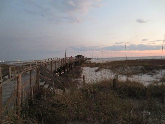 Gulf Breeze Motel: View of the pier across the street