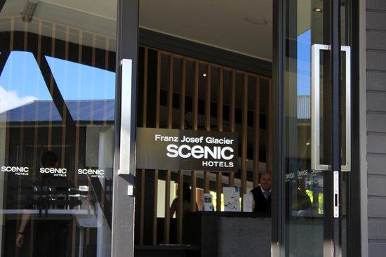 Scenic Hotel Franz Josef Glacier Hotel: Cheery staff on reception