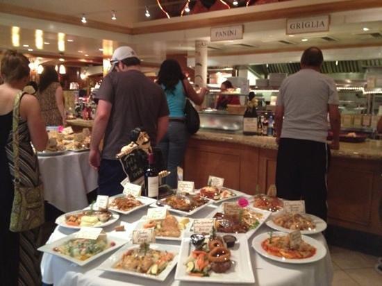 San Antonio Winery - Los Angeles: 並んで料理を注文中