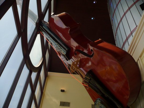 Grand Country Buffet: Giant Fiddle in Grand Country