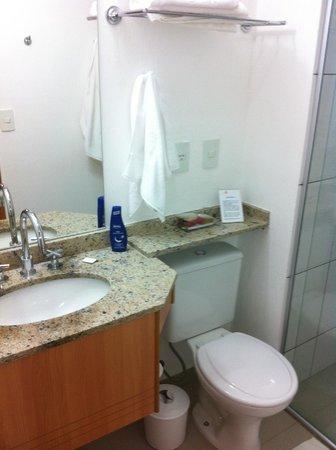 Villa Rosa Hotel: O banheiro possui água quente e fria